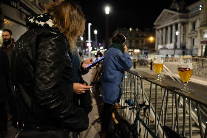 Le vendredi 13 mars, de nombreux jeunes (et moins jeunes) se sont rassemblés une dernière fois dans les bars du pays (comme ici à Bruxelles) avant leur fermeture, initialement prévue pour trois semaines.