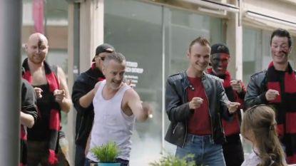 'Hoe Zal Ik Het Zeggen' schakelt zingende hooligans in om een boodschap te bezorgen