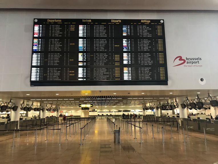 De vertrekhal in de luchthaven van Zaventem ligt er vanavond verlaten bij.