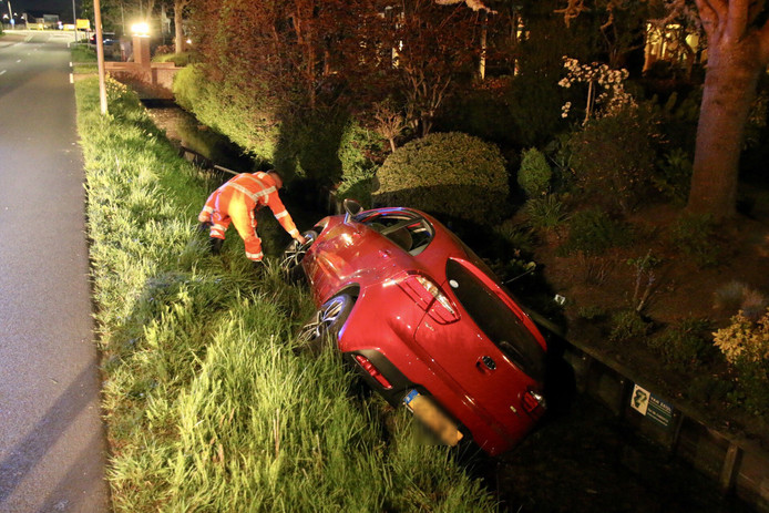 Auto te water in s'-Gravenzande