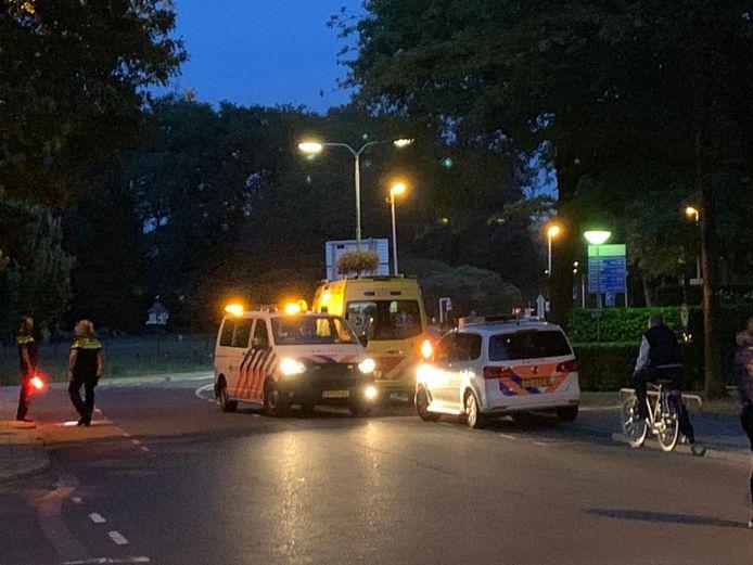 Hulpdiensten aan de Hofstraat in Almelo, waar ook de traumahelikopter landde. Het slachtoffer is uiteindelijk met de ambulance naar het ziekenhuis gebracht.