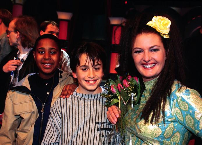 Moeder Patty Harpenau met naast haar zoon Dotan, tijdens de Sterrenplaybackshow in 1998.
