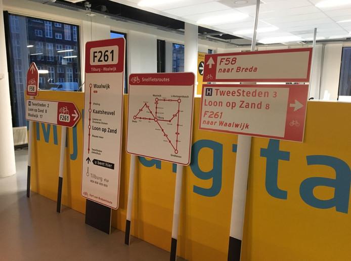 Een rijtje wegwijsborden voor de F261 in twee soorten vormgeving. De definitieve keus is nog niet gemaakt.