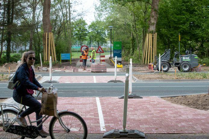 De nieuwe oversteek van de Nijenoord Allee bij de zij-ingang van sportpark De Bongerd.