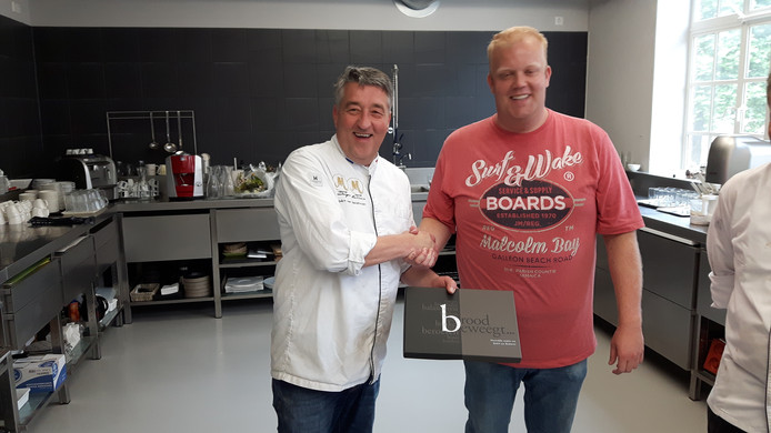 Robert van Beckhoven feliciteert broodbakkampioen Aart van Goudswaard uit Biggekerke