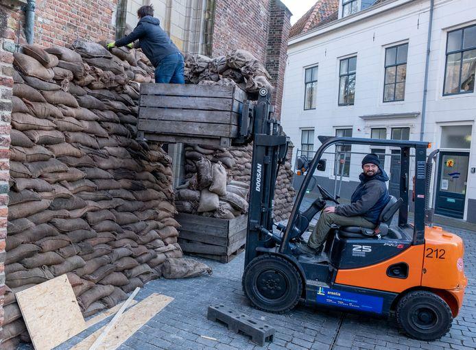 Zandzakken voor de Sint Jacobskerk, decoropbouw aan de Oude Markt in Vlissingen voor de opnames voor de spektakelfilm Slag om de Schelde, vanaf woensdag 22 januari in Vlissingen.