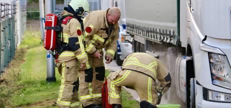 Putdeksel zorgt voor lekkende vrachtwagen in Oldenzaal, brandweer maakt weg schoon