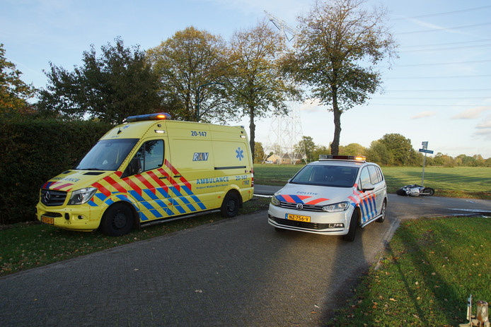 Hulpdiensten op de Moersedreef in Kaatsheuvel voor de gewonde motorrijder.