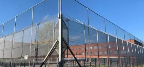 Dordtse gevangenis plaatst metershoge netten tegen smokkel van wapens, drugs en telefoons