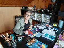 Tanja uit Deventer raakte onder de luifel verknocht en maakt sindsdien kunstzinnige collage's