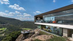Durf jij het aan om in deze villa een glaasje op het terras te drinken?