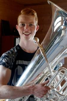 Sander Smits uit Terhole blaast flink partijtje mee op zijn tuba
