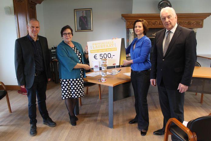 Zaakvoerster Griet Daelemans krijgt een cheque ter waarde van 500 euro uit handen van UNIZO-directeur Nancy Van Espen. Ook schepen Johan Deleu en burgemeester Albert Beerens tekenden present.