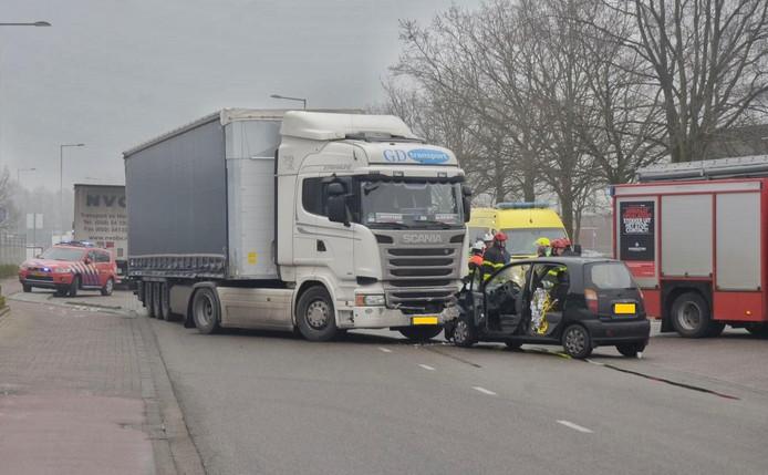 De auto botste met een vrachtwagen in Bergen op Zoom.