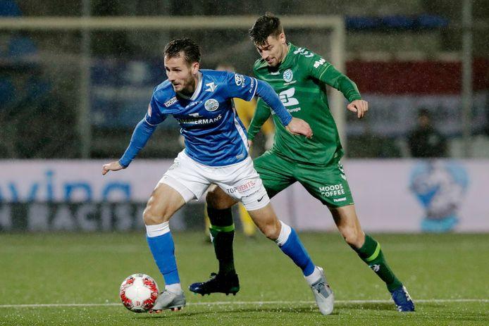 Paco van Moorsel van FC Den Bosch wordt belaagd door Ted van de Pavert van De Graafschap tijdens de laatste ontmoeting tussen de twee clubs.  Toen werd het, op 6 december vorig jaar, in stadion De Vliert 2-2.