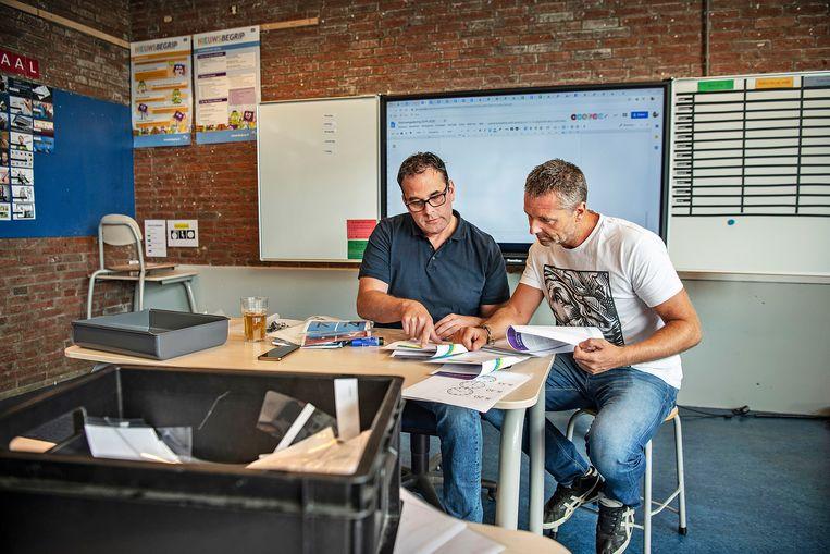 Dirk Koops, links, directeur Mr. de Jonghschool in Amsterdam Nieuw-West, zocht een zomerlang nieuwe docenten.  Beeld Guus Dubbelman / de Volkskrant