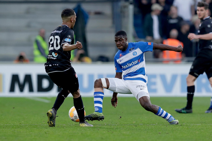 Azor Matusiwa grijpt in tijdens de wedstrijd tegen FC Emmen.