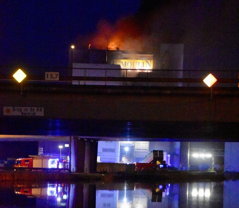 Later op de avond sloegen de vlammen door het dak.