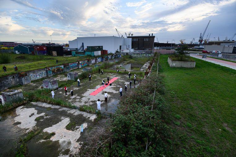 Het rodeloperconcert van Spinvis in het  M4H gebied in Rotterdam. Iedereen uit het publiek krijgt persoonlijk een liedje door Spinvis toegezongen. Beeld Ruben Hamelink