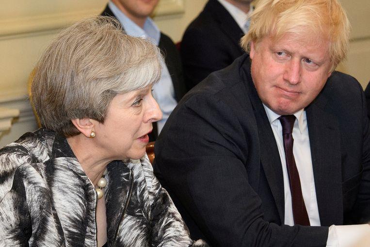 De Britse premier Theresa May naast Boris Johnson, toen nog minister van Buitenlandse Zaken. Beeld Thomson Reuters