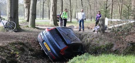 Dure parkeerplaats: bestuurster rijdt Volvo in droge sloot