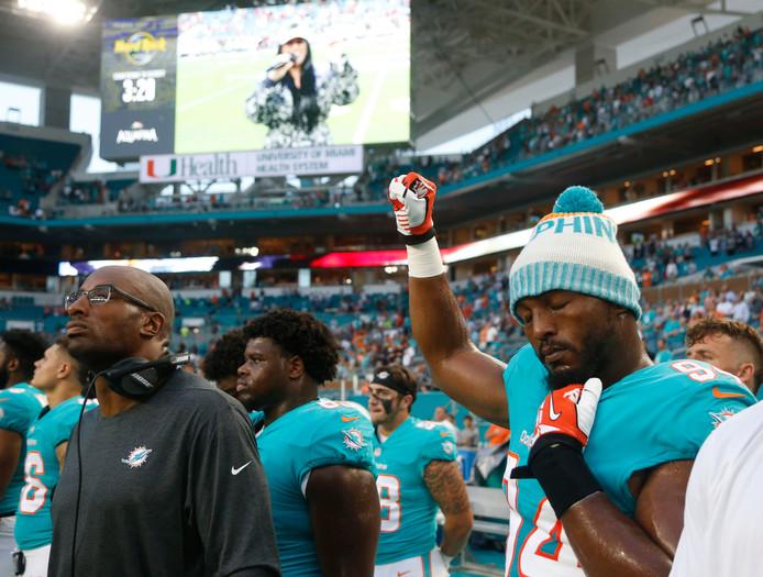 Robert Quinn van de Dolphins heft zijn vuist tijdens het spelen van het volkslied.