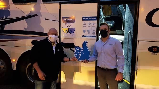 Autocarchauffeurs bedanken collega's van De Lijn voor vlotte samenwerking tijdens versterkingsritten in schoolspits