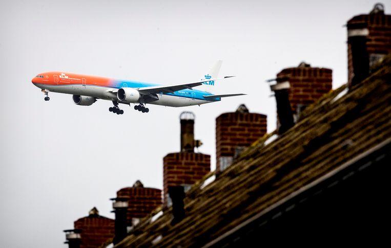 Een vliegtuig van KLM vliegt over een huis in de omgeving van Schiphol. Beeld ANP