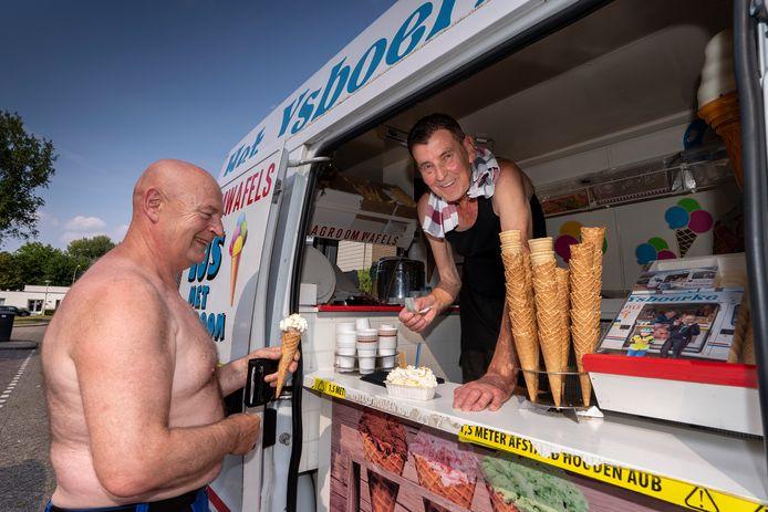 Willy van Alphen (71) in zijn ijscokar met klant.