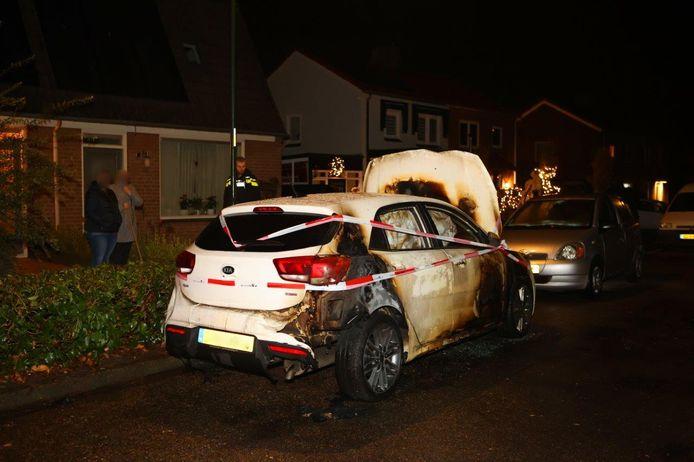 De auto is zwaar beschadigd na de brand in Waardenburg.
