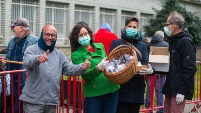 """PVDA-leden verrassen daklozen en personeel De Victor met paaseieren: """"Ook wie geen kot heeft verdient een dankjewel"""""""