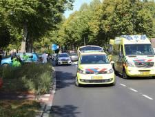 Omstanders verrichten eerste hulp op onwel geworden automobilist in Apeldoorn