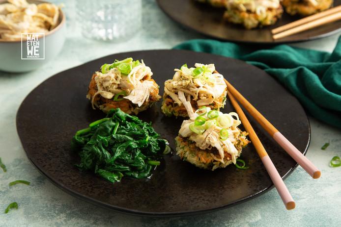 Pulled chicken op knapperige rijstkoekjes en spinazie