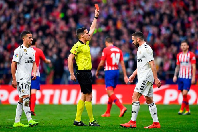 Scheidsrechter Xavier Estrada Fernandez geeft de niet zichtbare Atletico-speler Thomas rood.