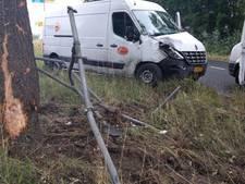 Bus vliegt uit de bocht en ramt boom en verkeersbord in Gouda