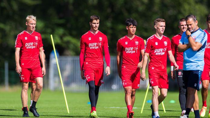 Van links naar rechts: Casper Staring, doelman Ennio van der Gouw, Mees Hilgers en  Daan Rots op het trainingsveld bij FC Twente.