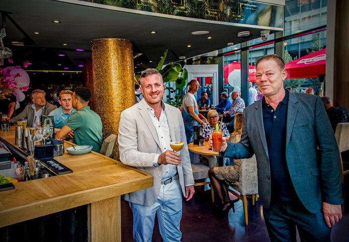 Jan-Willem Veerbeek (rechts) proost met compagnon Frank Brons in hun nieuwe CLSNGL.