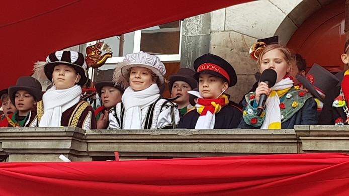 'Ut Elfje' (Tess) (rechts) zingt voor jeugdprins Jippe I (tweede van links). De anderen zijn adjudant Jarno en politieagent Drieske (Giel).