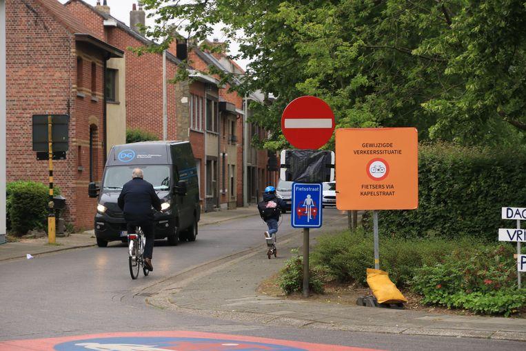 Ondanks het verbod reden er heel wat fietsers de Meersenweg in langs de verkeerde kant.