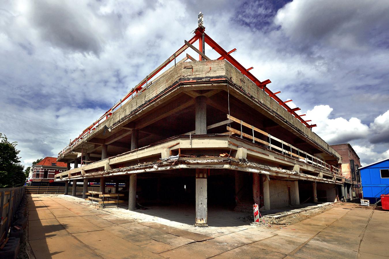 De markante hoek van het Bergse V&D-complex uit 1952 staat er tijdelijk kaal bij. In de loop van 2022 worden de winkels en 45 koopappartementen in het pand opgeleverd.
