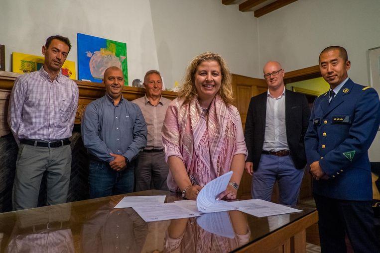 Burgemeester Sophie De Wit ondertekent het akkoord tot oprichting van vier buurtinformatienetwerken.