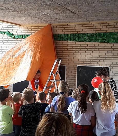 Leerlingen onthullen eigen kunstwerk bij 10-jarig jubileum van basisschool De Wending