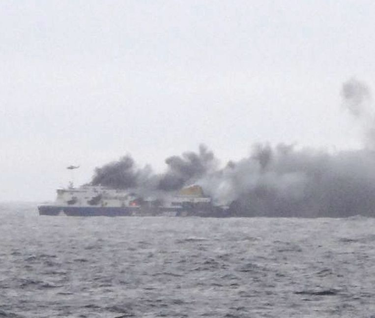 De Griekse tv heeft vanop een schip in de buurt de brand op de ferry kunnen filmen.