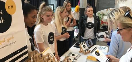 Tilburgse studenten ontwikkelen ontspul-guide, vegetarisch worstenbroodje en thee voor in de overgang