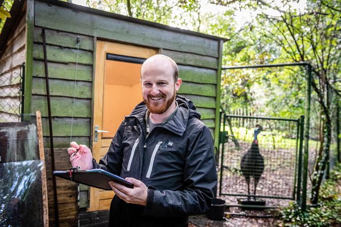 Loopvogel Stacey (achtergrond) houdt onderzoeker Ivo Jacobs in de gaten, in de hoop dat hij weer iets lekkers neerlegt.