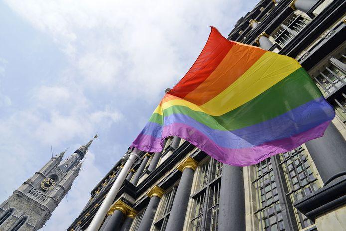 De regenboogvlag aan het Gentse stadhuis. (archief)