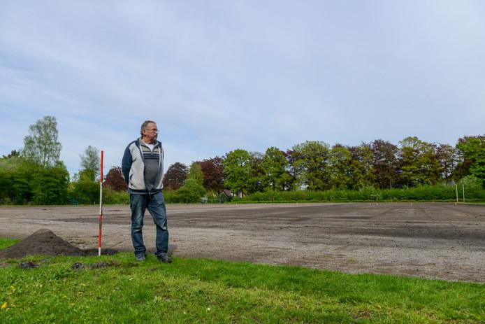 Het veld van voetbalvereniging Vierhouten'82 heeft een flinke metamorfose ondergaan. Op de foto veldbeheerder Dirk Pluim voor de werkzaamheden.