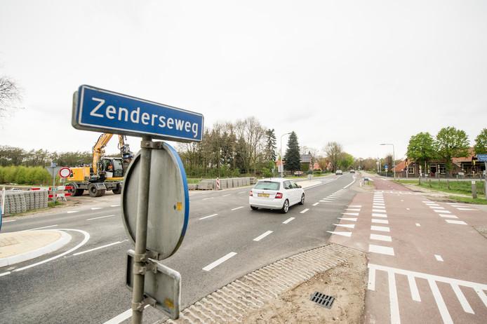 Auto's rijden op de Zenderseweg richting Albergen.