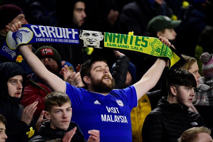 Een Cardiff City-supporter met een speciale Sala-sjaal.