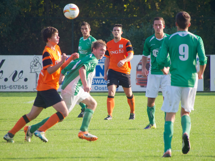 Bart Gort (oranje shirt, links) in een duel tijdens de met 4-1-gewonnen wedstrijd tegen De Meeuwen. Zijn ploeggenoot Roy van Ham (midden) kijkt op de achtergrond toe.